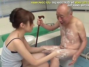Được con dâu mút cặc khi tắm thế này thì còn gì bằng